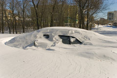 Auto abgedeckt mit Schnee in der Winterblizzardschneewehe Lizenzfreies Stockbild