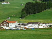 Auto acampamento em Jakobsbad - cantão de Appenzell Ausserrhoden imagem de stock royalty free