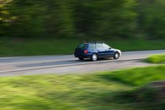 Auto-Antreiben auf die Straße Lizenzfreie Stockfotos