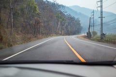 Auto-Antreiben auf die Straße Lizenzfreies Stockfoto