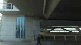Auto-Antriebe unter der Brücke Sonnenunterganglandschaftsansicht stock footage