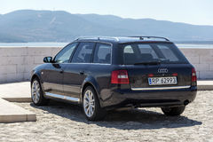 Auto Audi A6 geparkt auf der Ufergegend Lizenzfreie Stockfotografie