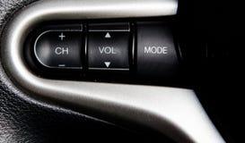 Auto-Audioknöpfe auf Lenkrad Stockfoto