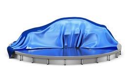 Auto auf dem Podium bedeckt mit einem blauen Satinstoff vor Geschenk Stockfotos