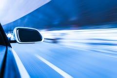 Auto auf dem Straße Whit-Bewegungsunschärfehintergrund Stockbilder