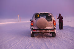 Auto auf der arktischen Straße in der Tageszeit Murmansk-Region, Russland Lizenzfreie Stockfotos