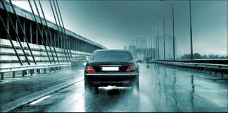 Auto auf der Brücke Stockfotografie