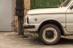 Auto auf der Hintergrundwand eines Gebäudes Stockfoto