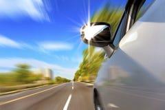 Auto auf der Straße mit Bewegungszittern Stockbild