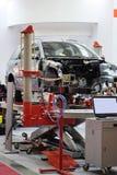 Auto auf einem Gebäudeliegeplatz Lizenzfreie Stockbilder