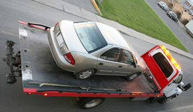 Auto auf einem Tieflader lizenzfreie stockfotografie