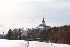 Auto auf einer bayerischen Straße mit der Andechs-Abtei im Hintergrund Stockbilder