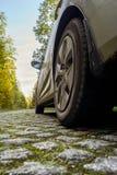 Auto auf einer cobbled Straße Lizenzfreie Stockfotos