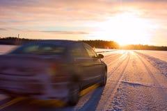 Auto auf einer Eisstraße lizenzfreie stockfotografie