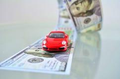 Auto auf einer Geldstraße Lizenzfreie Stockbilder