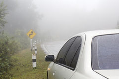 Auto auf einer Kurvenstraße Lizenzfreie Stockfotografie