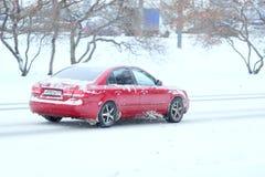 Auto auf einer schneebedeckten Straße nach hohem Schneesturm in Moskau Stockbilder