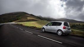 Auto auf einer Straße - Azoren, Sao Miguel Island Portugal lizenzfreie stockfotos