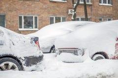 Auto auf einer Straße bedeckt mit großer Schneeschicht Stockfotos