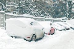 Auto auf einer Straße bedeckt mit großer Schneeschicht Lizenzfreie Stockfotos