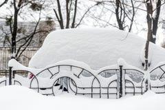 Auto auf einer Straße bedeckt mit großer Schneeschicht Stockbilder
