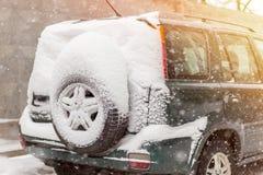 Auto auf einer Straße bedeckt mit großer Schneeschicht Stockfoto