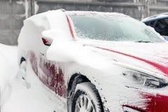 Auto auf einer Straße bedeckt mit großer Schneeschicht Lizenzfreies Stockfoto