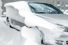 Auto auf einer Straße bedeckt mit großer Schneeschicht Lizenzfreie Stockbilder