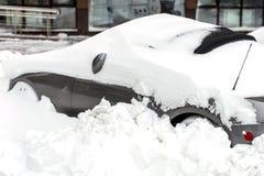 Auto auf einer Straße bedeckt mit großer Schneeschicht Stockbild