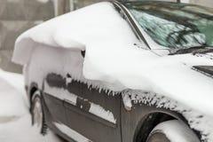 Auto auf einer Straße bedeckt mit großer Schneeschicht Lizenzfreies Stockbild