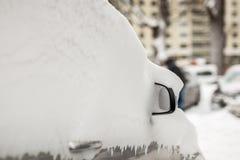 Auto auf einer Straße bedeckt mit großer Schneeschicht Stockfotografie