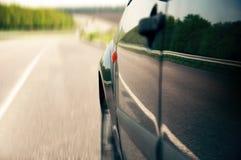 Auto auf einer Straße in der Landschaft Stockfotos