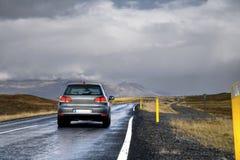 Auto auf einer Straße in einer Landschaft Lizenzfreies Stockbild