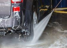 Auto auf einer Wanne unter einem Strom des Wassers stockbilder