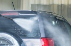 Auto auf einer Wanne unter einem Strom des Wassers lizenzfreie stockbilder