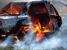Auto auf Feuer stockbilder