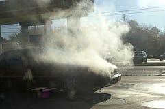 Auto auf Feuer Stockbild