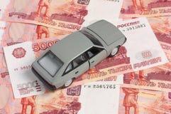 Auto auf Hintergrund von Banknoten Stockfotos
