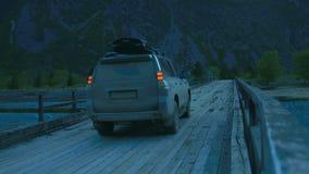 Auto auf Holzbrücke stock video