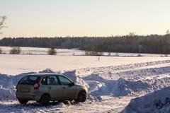 Auto auf landwirtschaftlicher Straße Stockfotografie