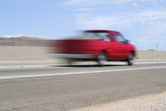 Auto auf leerer Straße Lizenzfreie Stockfotos