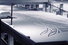 Auto auf Parkplatz umfaßtes des Schnees stockbild