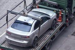 Auto auf Plattform des Abschleppwagens Stockbild