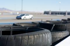 Auto auf Rennbahn-und Unfalls-Reifen lizenzfreies stockbild
