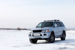 Auto auf Schnee Stockfotografie