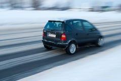 Auto auf schneebedeckter Straße Lizenzfreie Stockfotos