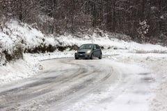 Auto auf schneebedeckter Straße Lizenzfreies Stockfoto