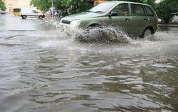 Auto auf sehr nasser Straße Lizenzfreies Stockfoto