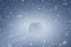 Auto auf Snowy-Straße stockbild