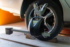 Auto auf Stand mit Sensoren auf Rädern für Radausrichtungswölbung überprüfen herein Werkstatt der Tankstelle lizenzfreies stockfoto